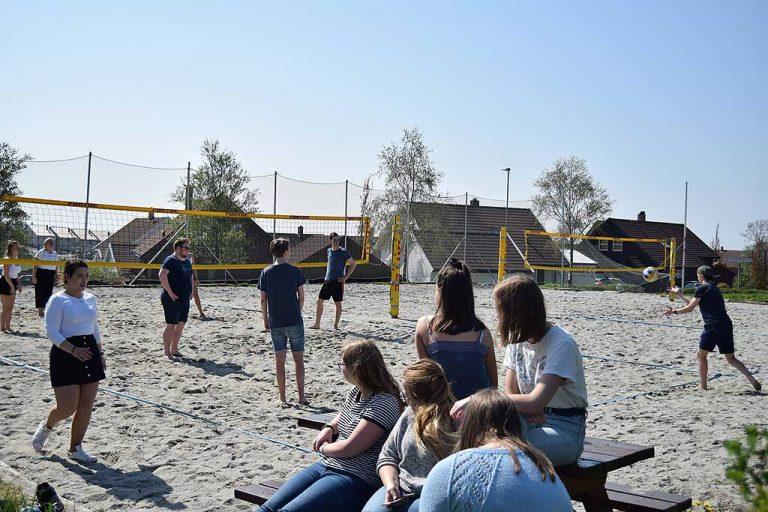 To sandvolleyballbaner på Jæren folkehøgskole