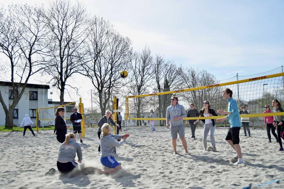 Sandvolleyballbane-like-utenfor-skolen---Jæren-folkehøgskule